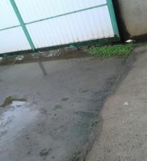 espace à cimenter entre le garage à droite et le portail à gauche